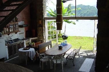 Casa de vacaciones paraty casa de la isla en paraty casa for Cocinas con vista al jardin